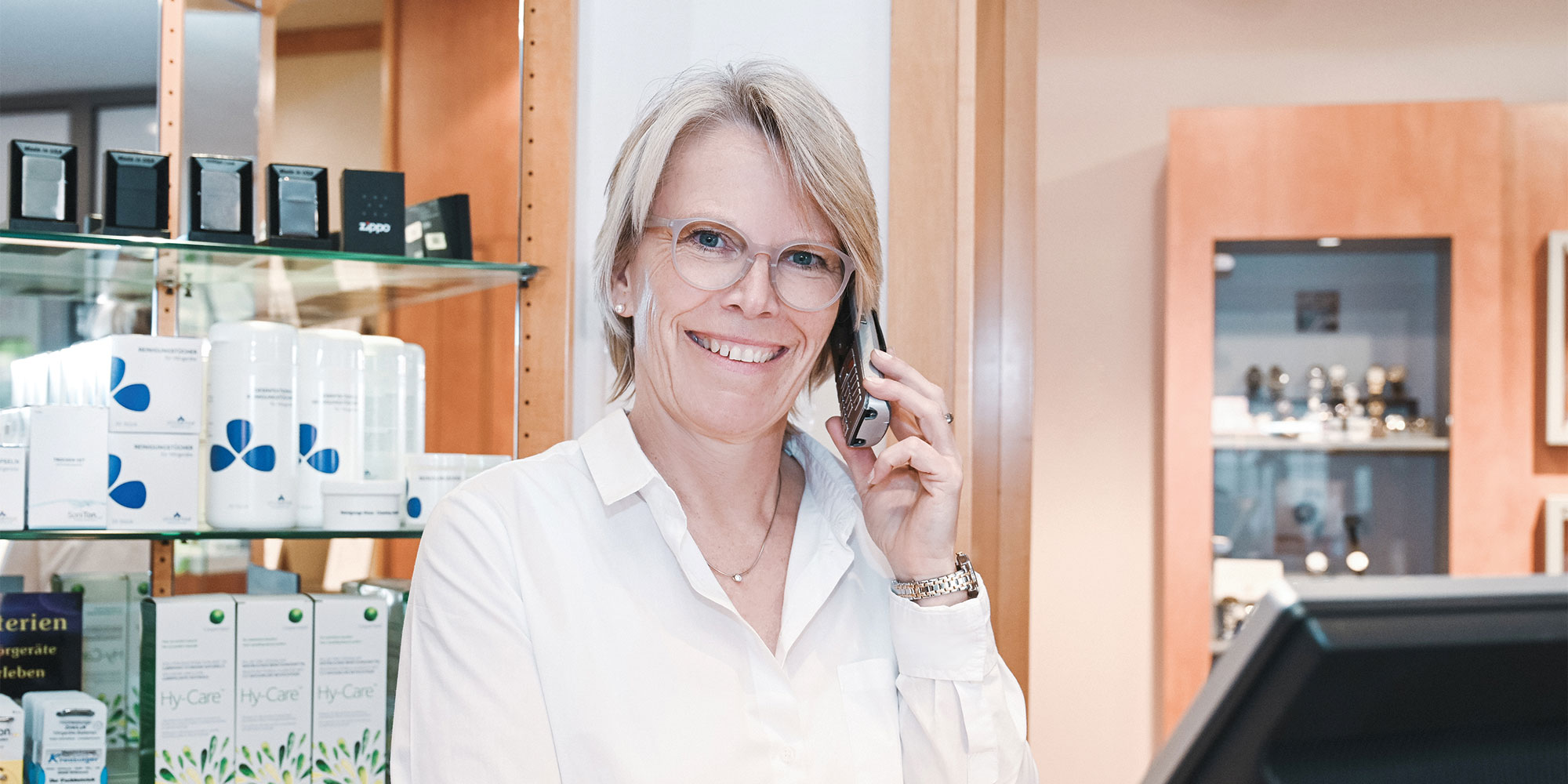 Anja Kreuzinger am Telefon