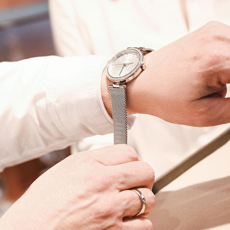 Impression Geschäft Uhr anprobieren